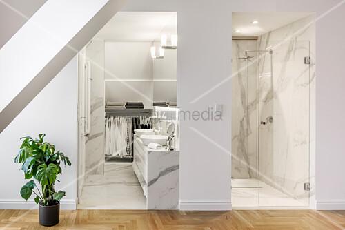Blick in elegantes Bad und Dusche in Marmorausführung