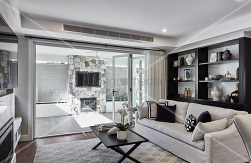 Elegante Lounge mit offener Terrassentür