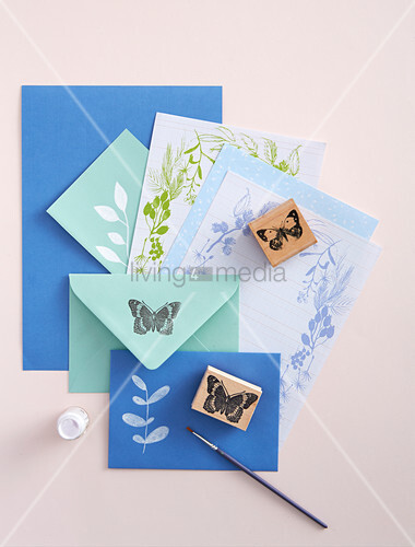 Selbstbedrucktes Briefpapier in Blau und Grün