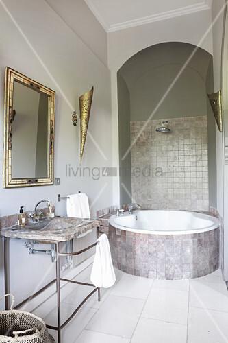 Modernes orientalisches Bad mit runder Badewanne unterm Bogen
