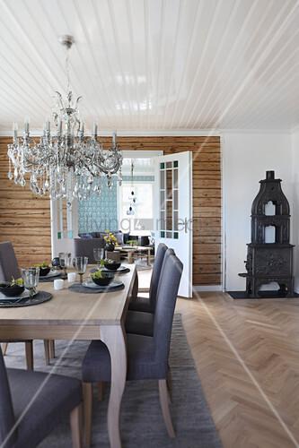 Gedeckter Tisch im klassischen Wohnzimmer mit Kronleuchter