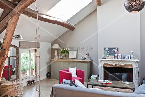 Wohnzimmer mit offenem Kamin unter dem Dach