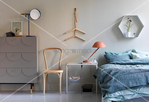 Schlafzimmer in Blau-Grau im … – Bild kaufen – 12672418 ...
