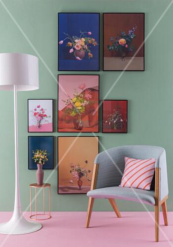 Blumenbilder an grüner Wand, davor Stehlampe, Beistelltisch und Sessel