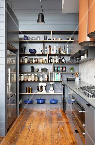 Vorratsregal in Grau in der maskulinen Küche mit Holzboden