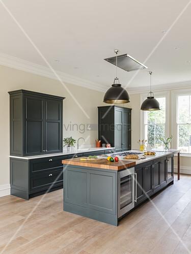 Kochinsel in eleganter Küche mit grauen Möbeln