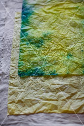 Gefärbtes und zerknittertes Papier