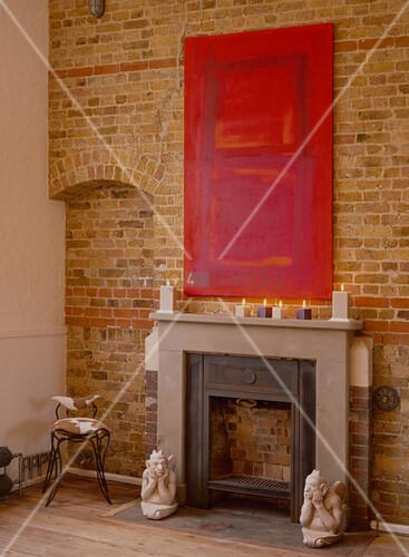 Rotes Gemälde über der Kaminkonsole an einer Backsteinwand