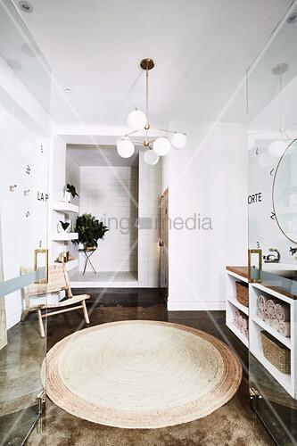 Blick durch geöffneten Glastüren in Wellnessbereich mit poliertem Betonboden