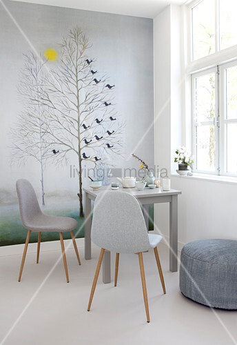 Winterliches Wandbild mit Bäumen im Esszimmer in Grautönen