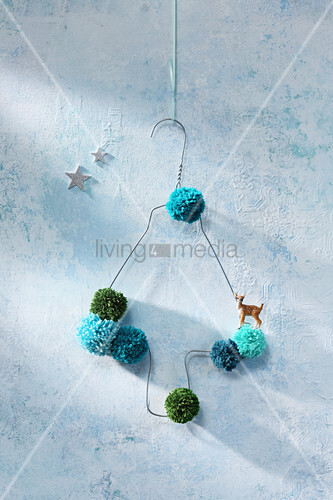 DIY-Weihanchtsbaum aus Drahtkleiderbügel und Pompons