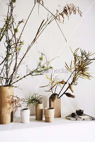 Herbstliche Zweige in Vasen