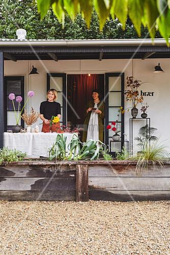 Zwei Frauen auf herbstlich dekorierter Veranda