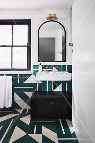 Badezimmer mit Fliesen in Petrol und Weiß