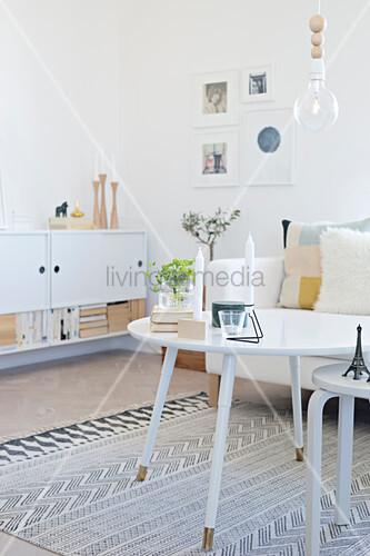 weiße Möbel im Wohnzimmer im ... – Bild kaufen – 12309122 ...