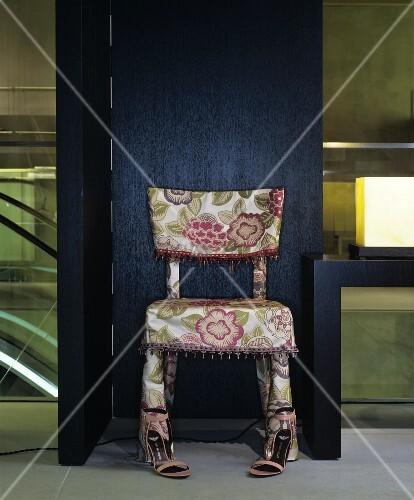 Selbstgenähte Stuhlhusse mit Blumenmuster und Zierborte