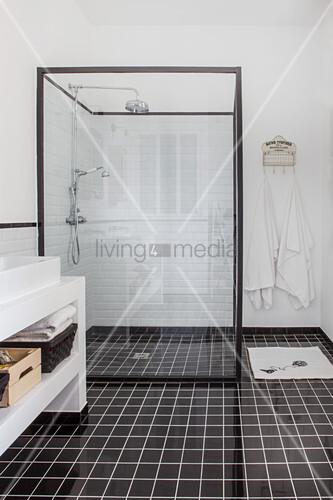 Duschkabine mit Glasabtrennung in schwarz-weissem Badezimmer – Bild ...