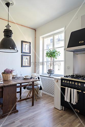 Alter Holztisch vor dem Fenster in der Küche mit Gasherd – Bild ...
