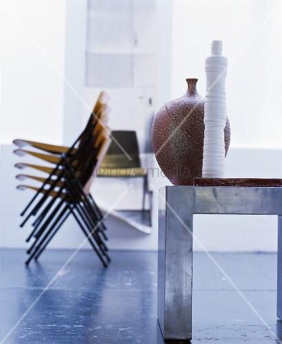verschiedene m bel und accessoires k nstlerisch inszeniert. Black Bedroom Furniture Sets. Home Design Ideas