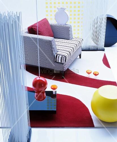 Künstlerisches Wohnzimmer mit grafischen Mustern und Formen