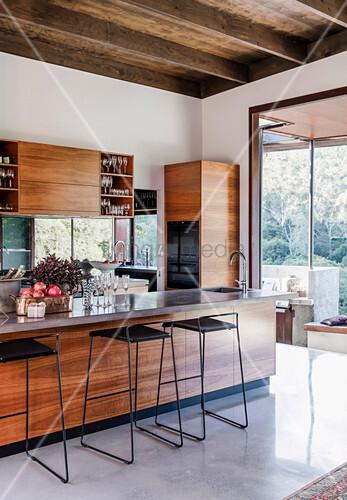 Filigrane Barstühle an der Küchentheke einer modernen Küche