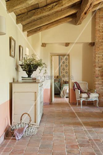 Wohnzimmer Im Französischen Stil Mit Terracottafliesenboden