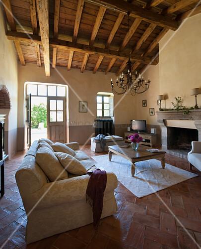 Mediterranes Wohnzimmer Mit Offenem Dach Und Tür Zum Garten