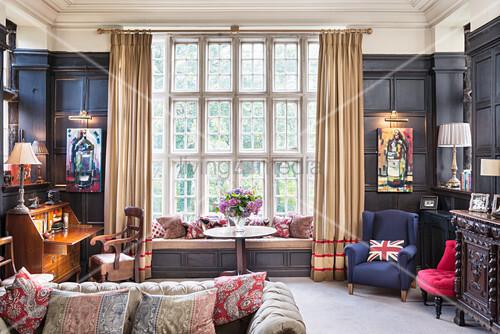Wohnzimmer im Englischen Stil mit antiker Kassettenwand – Bild ...