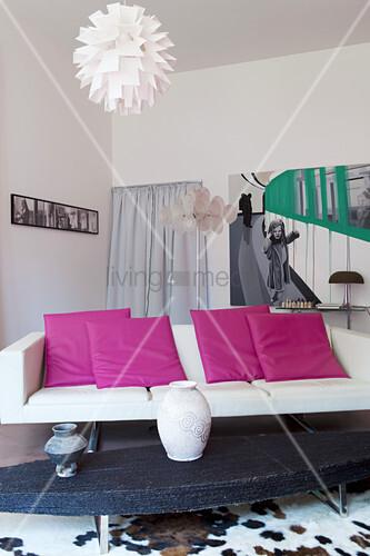 Pinke Kissen Auf Modernem Weißen Sofa Im Wohnzimmer Mit Stilmix