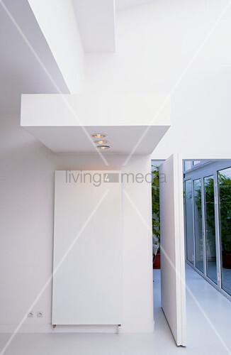 Modernes Architektenhaus mit mobilen Wänden und weißem Boden