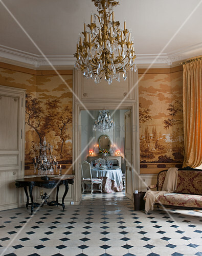 Blick vom historischen Salon mit Toile De Jouy-Tapete in Esszimmer