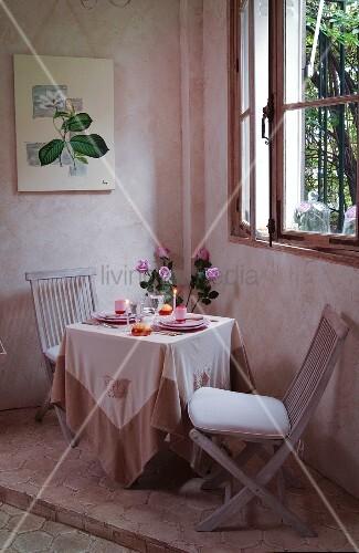 romantisch gedeckter tisch unter dem fenster bild kaufen living4media. Black Bedroom Furniture Sets. Home Design Ideas