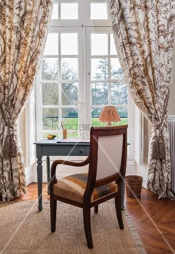 Stuhl und Schreibtisch vor dem Fenster im Chateau Des Grotteaux