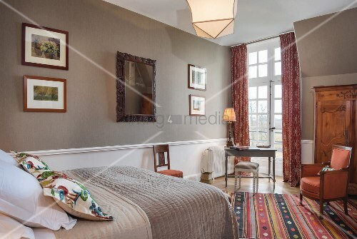Bedroom in warm shades in Château des Grotteaux