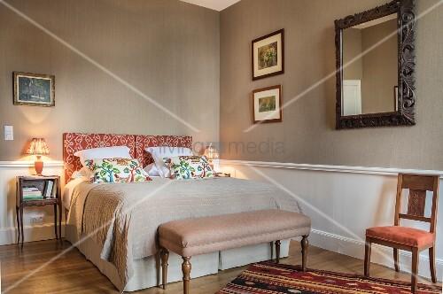 Schlafzimmer in warmen Tönen im Chateau Des Grotteaux