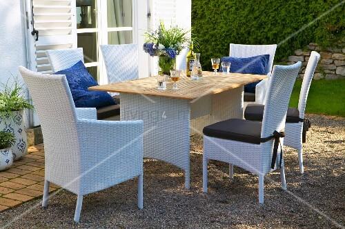 wei e korbm bel und tisch auf bild kaufen 12336320 living4media. Black Bedroom Furniture Sets. Home Design Ideas
