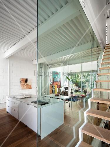 Hervorragend Glaswand zwischen offenem Wohnraum mit – Bild kaufen IJ67