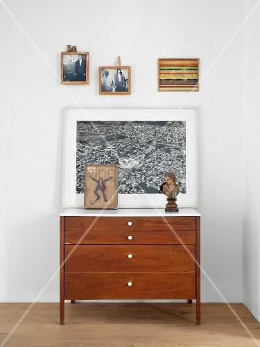 bilder ber vintage kommode im schlafzimmer bild kaufen living4media. Black Bedroom Furniture Sets. Home Design Ideas