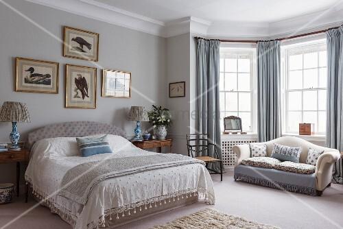 elegantes schlafzimmer mit sofa im erker bild kaufen living4media. Black Bedroom Furniture Sets. Home Design Ideas