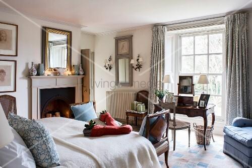 Klassisches Schlafzimmer mit ... – Bild kaufen – 12339148 ...