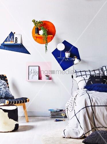 Schlafzimmer mit farbigen Akzenten an der Wand