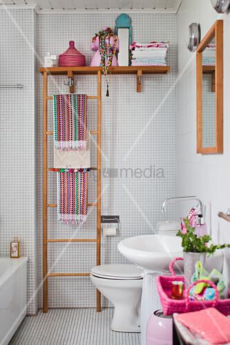 Bunte Accessoires im weißen Bad mit Mosaikfliesen – Bild kaufen ...
