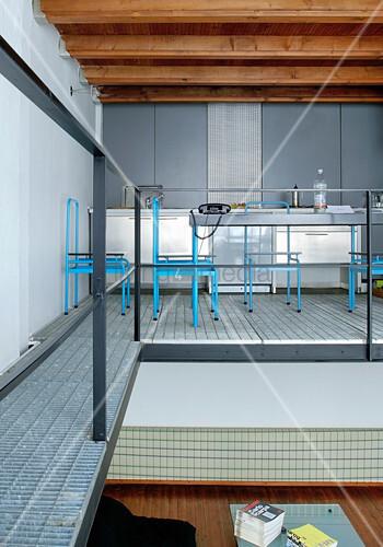 Blaue Metallstühle am Esstisch in der Küche auf der Zwischenebene
