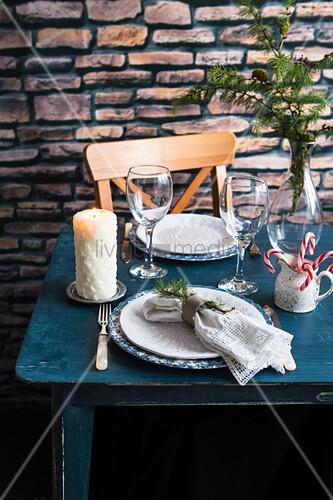 Gedeckter Tisch für Zwei zu Weihnachten