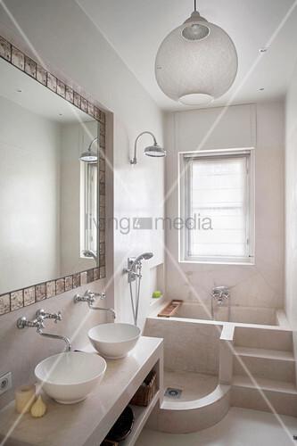 Schmales Bad mit gemauerter Dusche und Badewanne – Bild kaufen ...