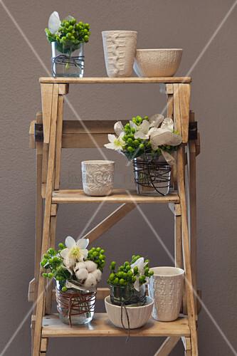 Vasen mit Strick-Struktur mit Sträußchen auf einer Leiter