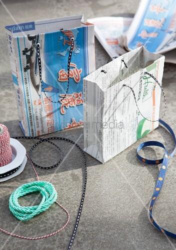DIY-Geschenktüten aus Zeitungspapier
