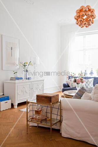 Elegantes Wohnzimmer in Blau und Weiß mit klassischen Möbeln