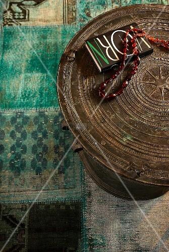 Ethno Tisch mit Halskette und Buch