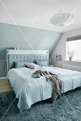 Schlafzimmer in Blau und Weiß unter der Dachschräge
